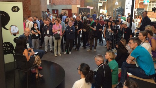 Sabrina Majeed blir intervjuad av Sydsvenskans Andreas Ekström i en av pauserna på The Conference. (Foto: Fredrik Wass)